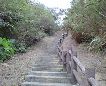 グスク頂上部へ向かう階段