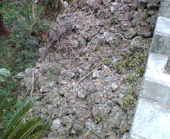 階段から見下ろす石積み