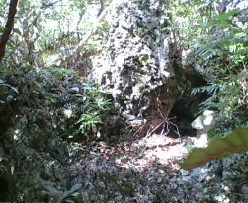岩陰の拝所
