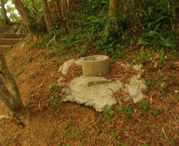 登る途中にある井戸跡
