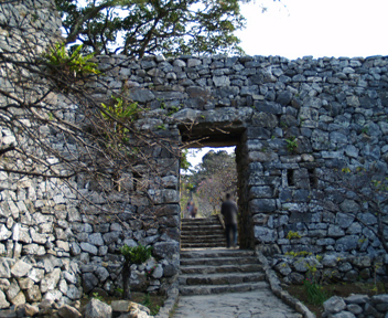 グスクの大手門である平郎門。