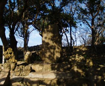 大庭の北部「北殿跡」にある石碑。