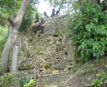 大岩に作られた拝所