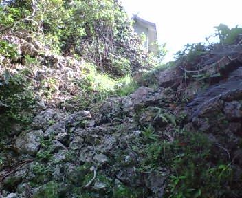 石積みと岩で出来た物見台