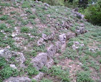 破壊された石積み