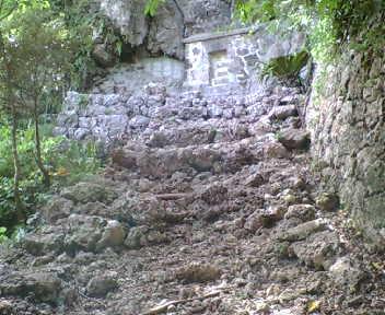 崖下にある墓。