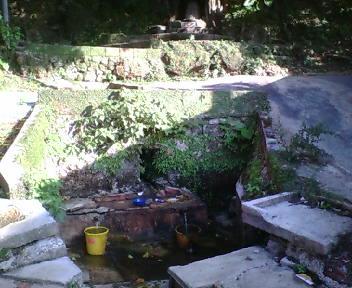 グスク西の崖下にある坂中桶川。