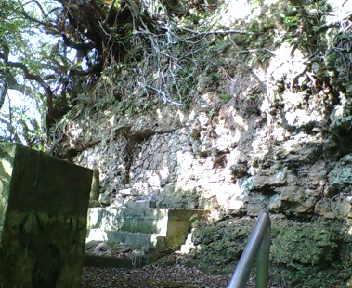 階段を登ったところにある按司墓