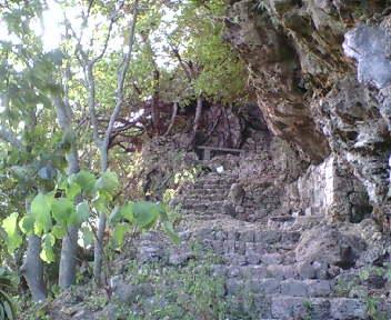 入り口の石段を登って外郭へ入ります。