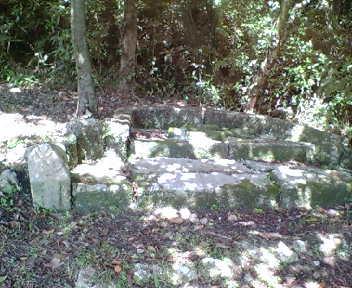 グスク入り口付近にある拝所。