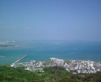 崖から中城湾を見下ろします。