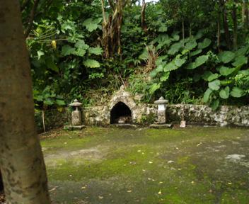 入り口付近の拝所