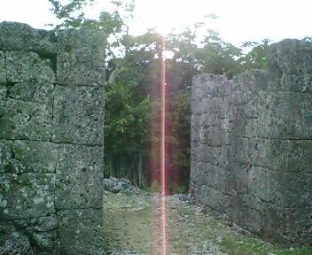 糸数グスクの城門
