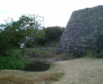 糸数グスクの城壁