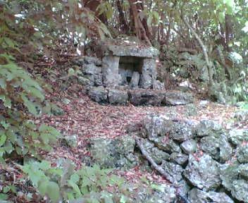 丘の下にある拝所