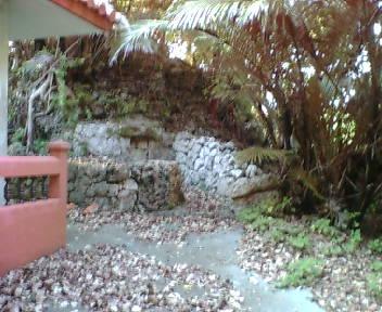 御嶽の脇にある古墓