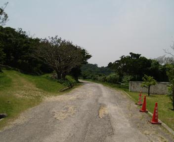 正門への道。