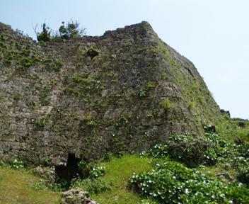 正門右手の城壁。