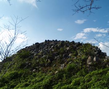 旧道右手に見える巨大な石積み。
