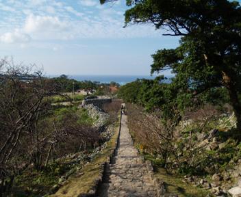 大庭から平郎門付近を見下ろします。