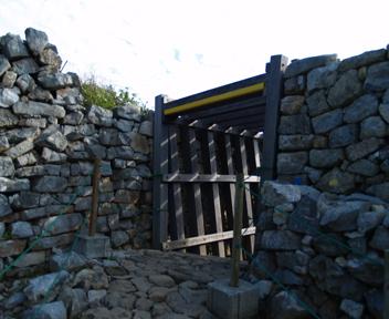 志慶真門郭への門