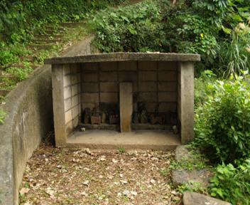 階段脇の拝所