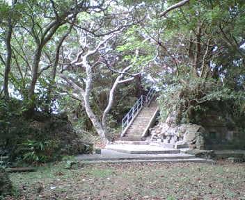 公園北側は拝所や古墓が多数です