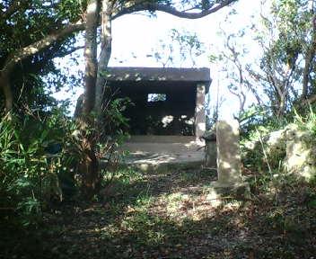 石段の先の拝所