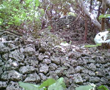 二段に詰まれた石積み