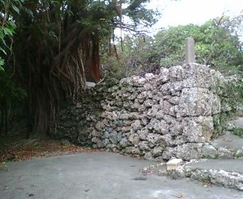 グスク南側の拝所入り口